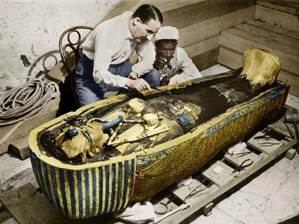 howard-carter-examining-tutankhamun-sarcophagus-king-tut_52859_600x450